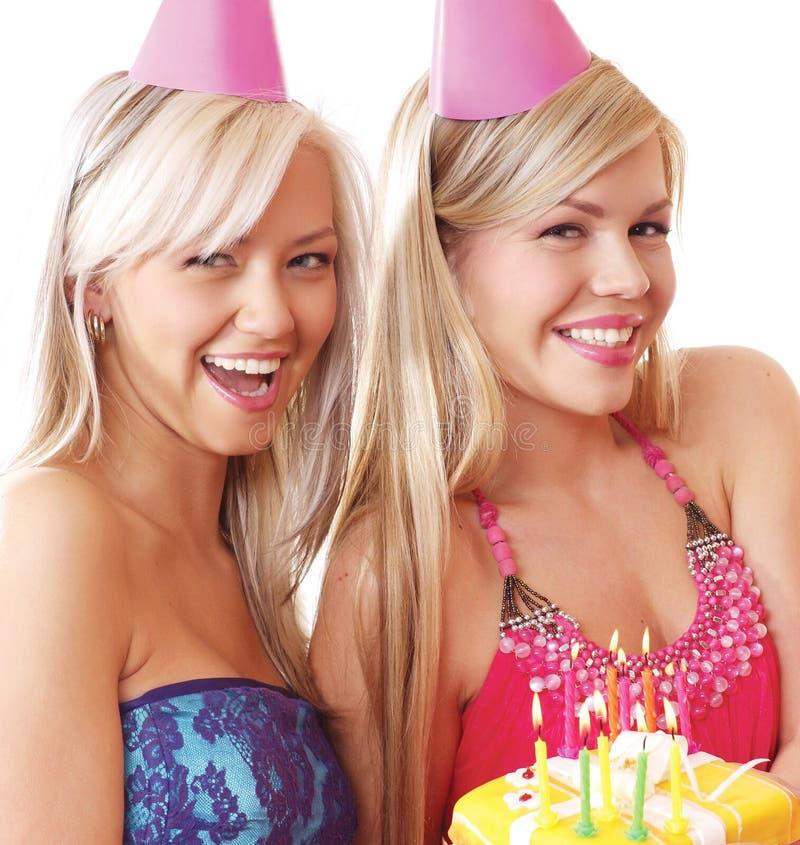 Dos muchachas rubias jovenes están teniendo una fiesta de cumpleaños fotos de archivo libres de regalías