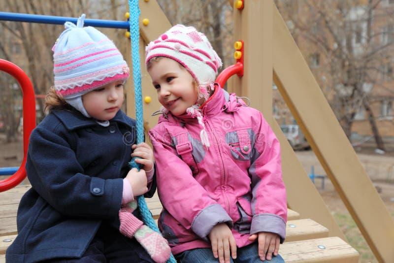 Dos muchachas se sientan en patio fotografía de archivo