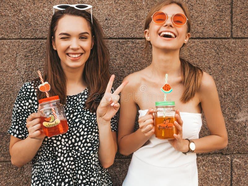 Dos muchachas sonrientes hermosas jovenes del inconformista en ropa de moda del verano imágenes de archivo libres de regalías