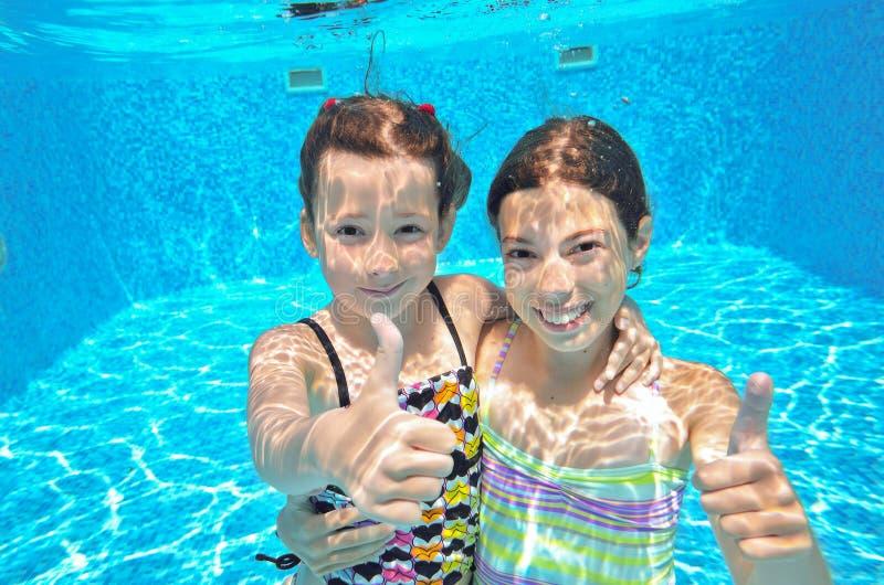 Dos muchachas subacuáticas en piscina fotos de archivo libres de regalías