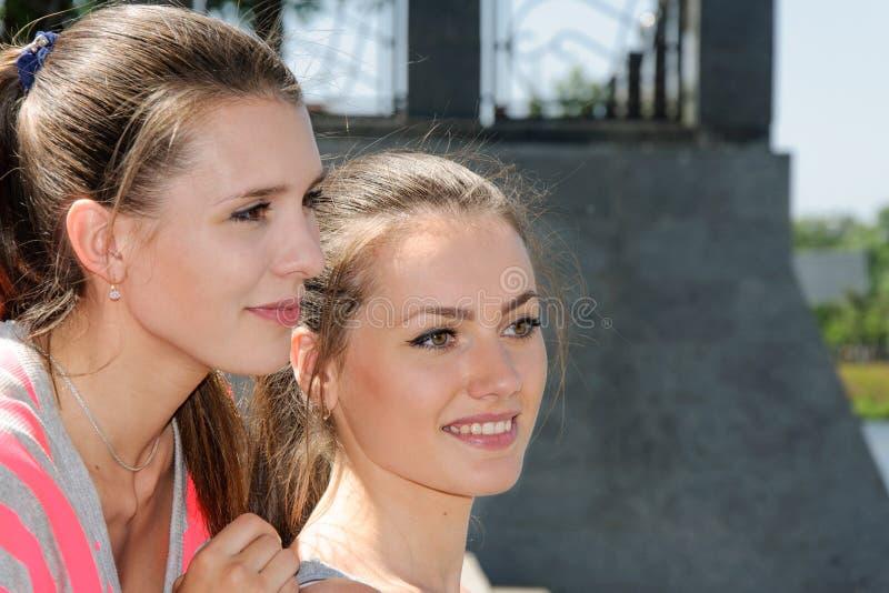 Dos muchachas tienen un resto después de ejercitar imagen de archivo