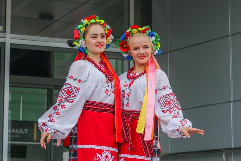 Dos muchachas vestidas en ropa ucraniana nacional foto de archivo