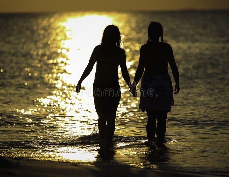 Dos muchachas y un océano