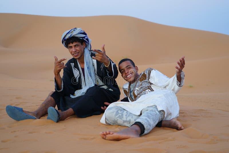 Dos muchachos del Berber sonríen en el desierto del ERGIO en Marruecos foto de archivo