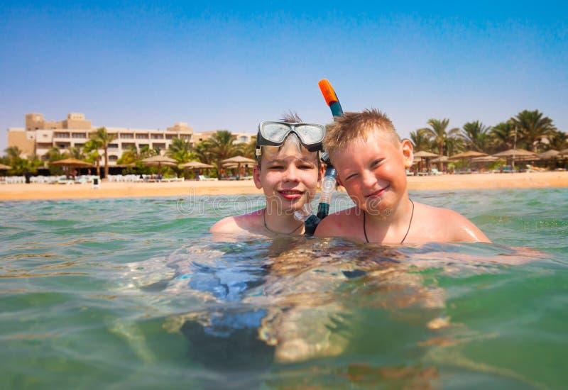 Dos muchachos en una playa foto de archivo