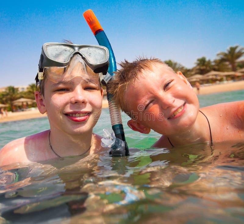 Dos muchachos en una playa imagen de archivo libre de regalías