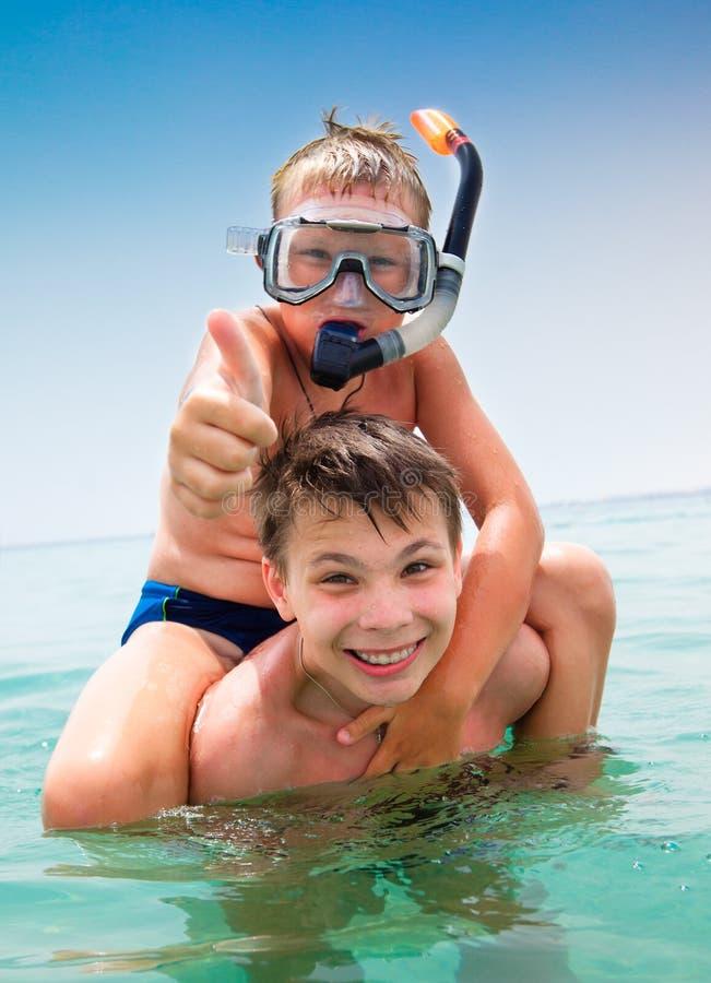 Dos muchachos en una playa fotos de archivo libres de regalías