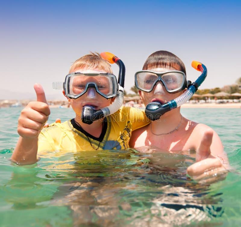 Dos muchachos en una playa fotografía de archivo libre de regalías