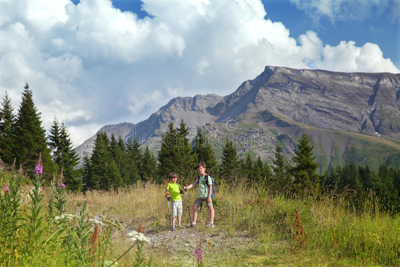 Dos muchachos están caminando en las montañas fotos de archivo libres de regalías