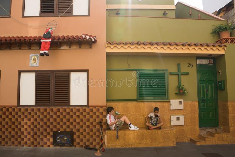 Dos muchachos están esperando la Navidad imágenes de archivo libres de regalías
