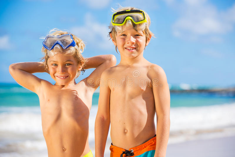 Dos muchachos jovenes que se divierten en la playa tropcial fotografía de archivo libre de regalías