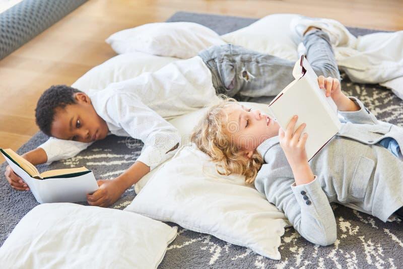 Dos muchachos leyeron los libros de niños emocionantes foto de archivo libre de regalías