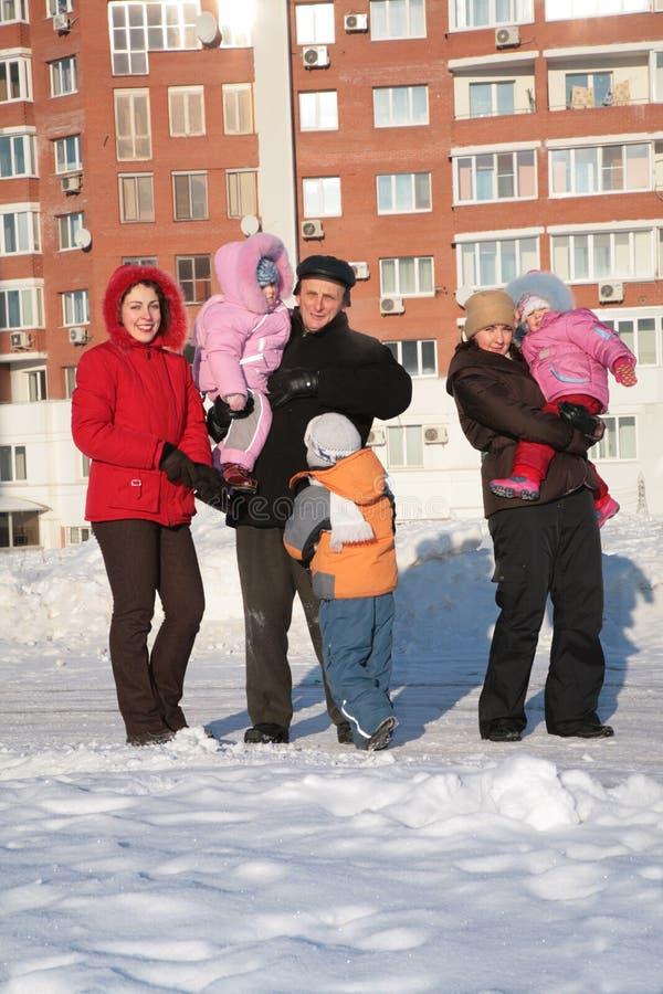 Dos mujer joven y abuelo con los niños fotos de archivo libres de regalías