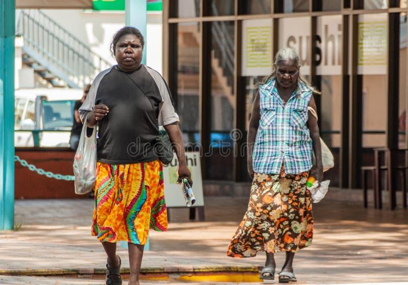 Dos mujeres aborígenes en la alameda, Darwin, Australia fotos de archivo