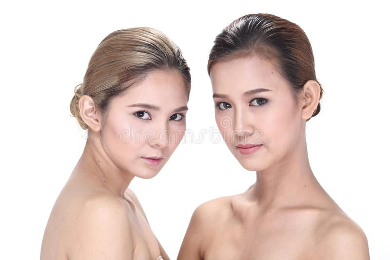Dos mujeres asiáticas con la moda hermosa componen el pelo envuelto fotografía de archivo