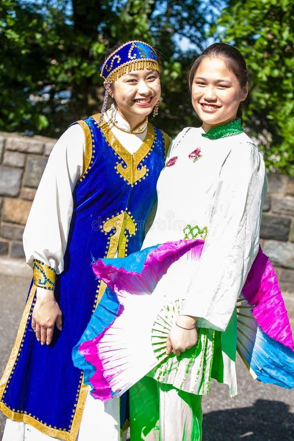 Dos mujeres asiáticas en ropa tradicional fotografía de archivo libre de regalías