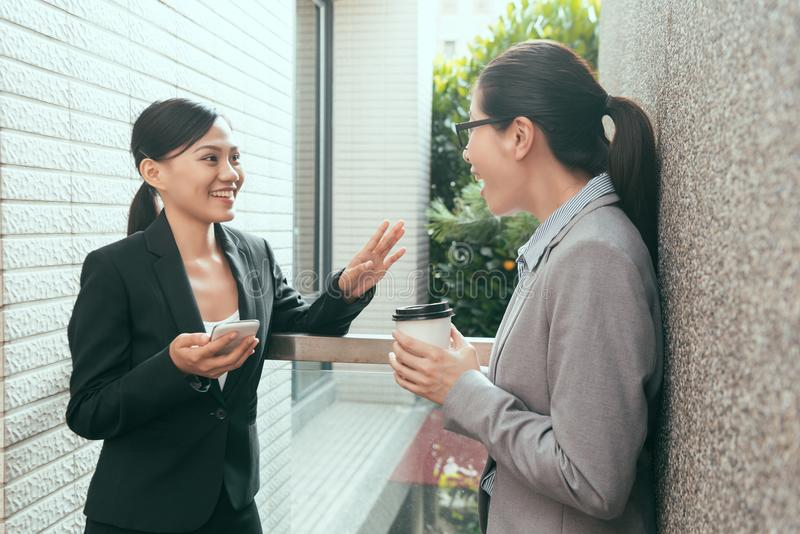 Dos mujeres asiáticas que hablan cosas divertidas fotos de archivo libres de regalías
