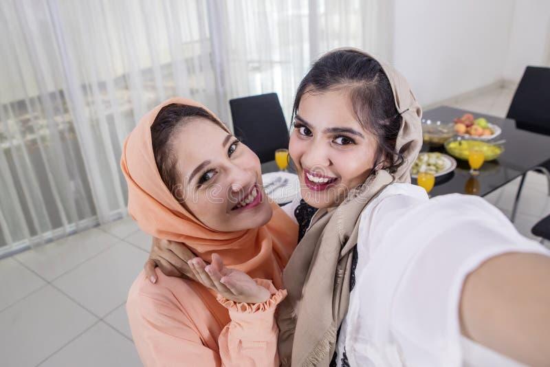 Dos mujeres asiáticas toman las fotos antes de roturas rápidamente imagen de archivo