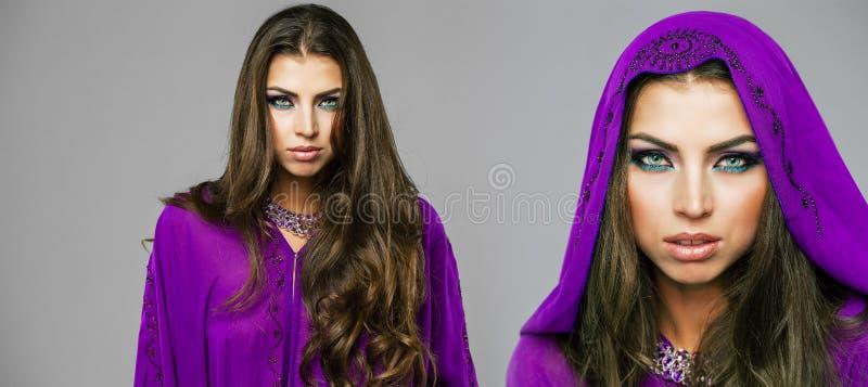 Dos mujeres atractivas jovenes en árabe púrpura de la túnica fotos de archivo libres de regalías