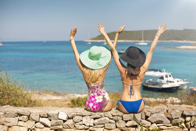 Dos mujeres atractivas que disfrutan de sus días de fiesta fotos de archivo libres de regalías