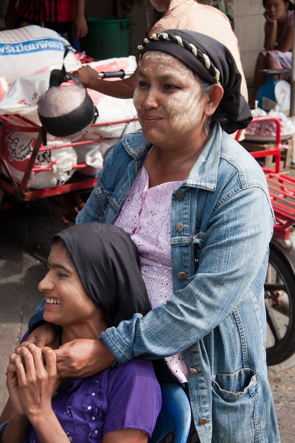 Dos mujeres birmanas foto de archivo