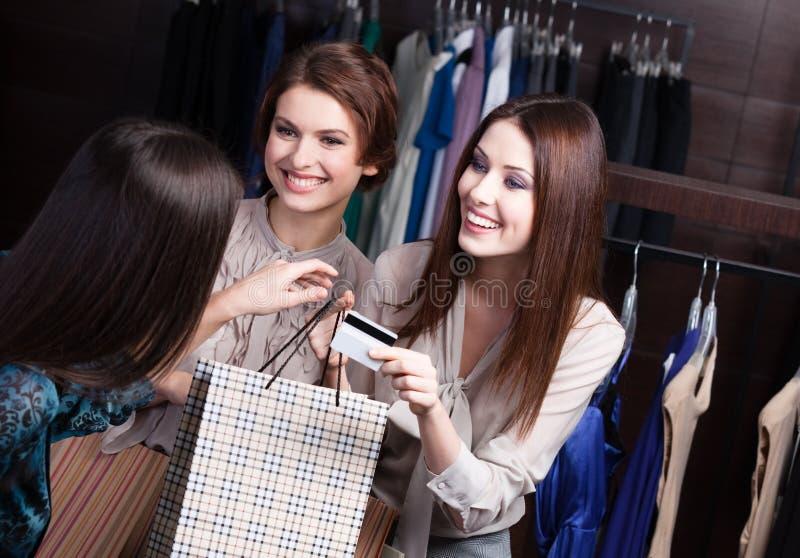 Dos mujeres pagan con la tarjeta de crédito fotos de archivo