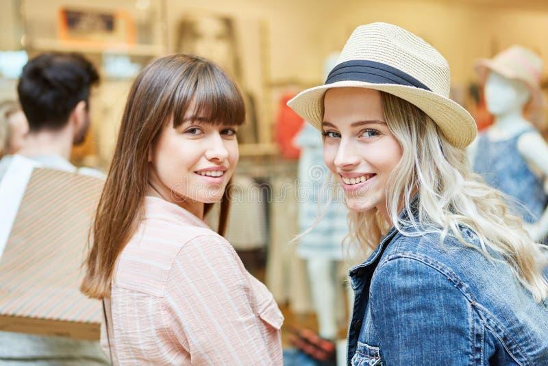 Dos mujeres como clientes jovenes foto de archivo libre de regalías