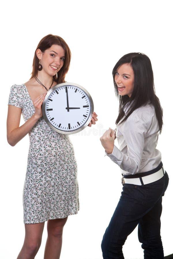 Dos mujeres con el reloj imagen de archivo libre de regalías