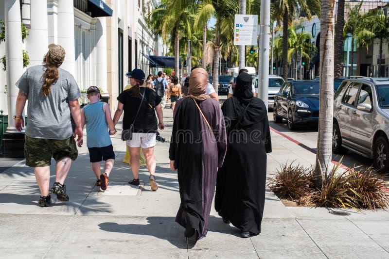 Dos mujeres con traje islámico tradicional en Beverly Hills imagen de archivo