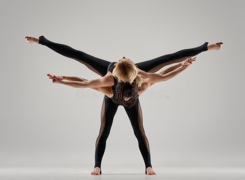 Dos mujeres de la yoga imagenes de archivo