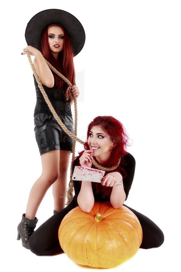 Dos mujeres de los pelirrojos con la escena sangrienta de Halloween de las manos imagen de archivo libre de regalías