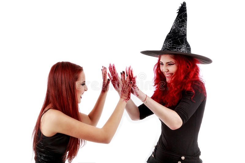 Dos mujeres de los pelirrojos con la escena sangrienta de Halloween de las manos fotos de archivo libres de regalías