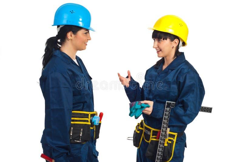 Dos mujeres de los trabajadores que tienen conversación imagen de archivo