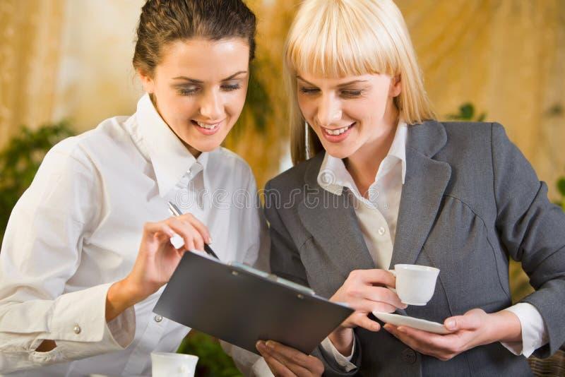 Dos mujeres de negocios foto de archivo libre de regalías
