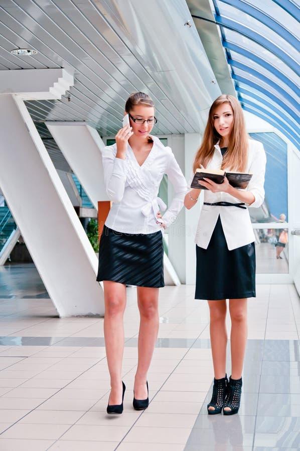 Dos mujeres de negocios foto de archivo