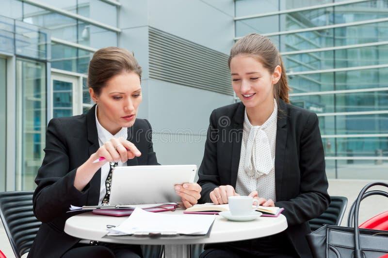 Dos mujeres de negocios jovenes foto de archivo
