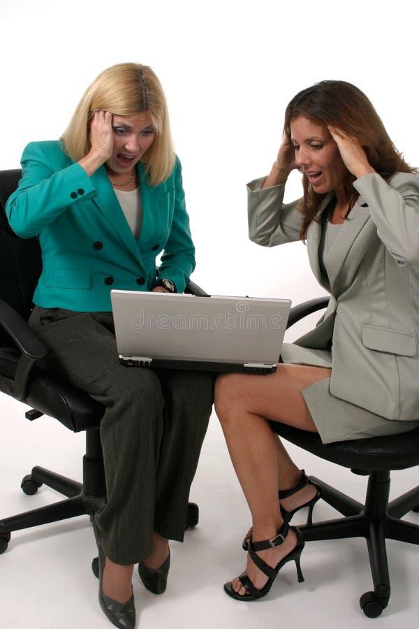 Dos Mujeres De Negocios Que Trabajan En El Ordenador Portátil 6 Fotografía De Archivo Gratis