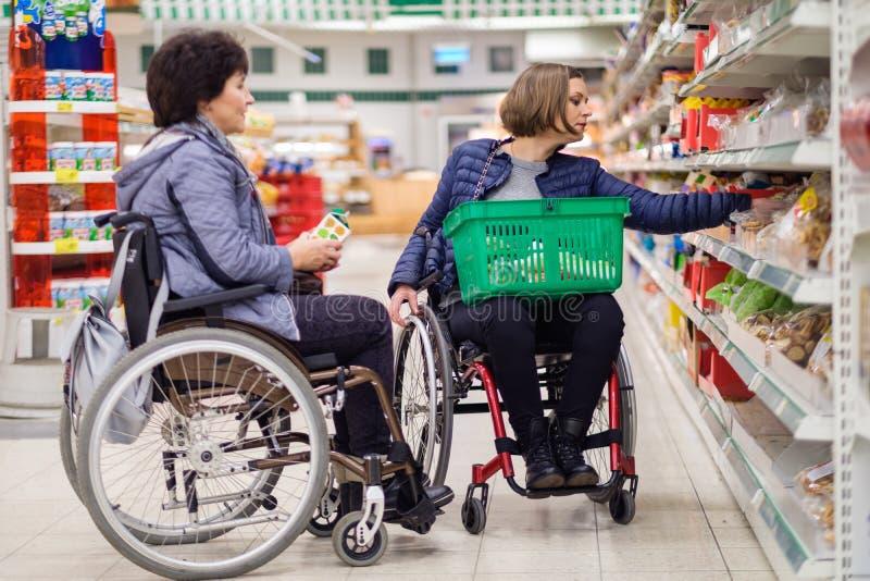 Dos mujeres discapacitadas en grandes almacenes fotografía de archivo