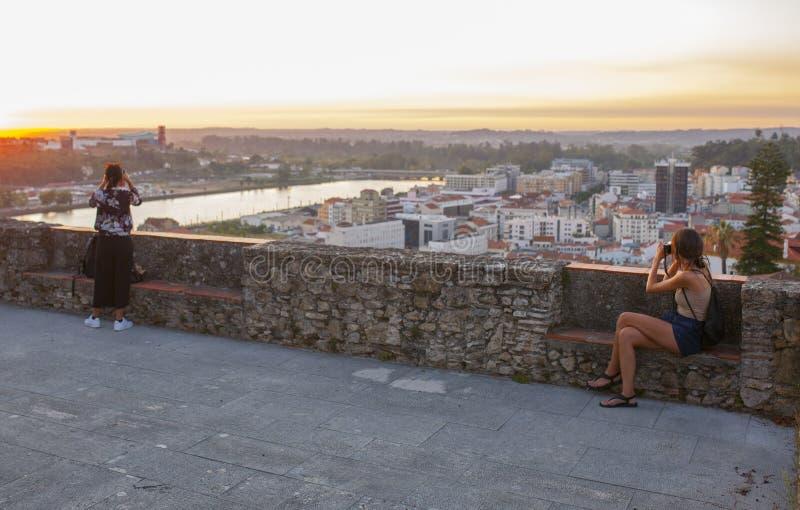 Dos mujeres disfrutan de la puesta de sol desde el punto de vista en Coimbra UpTown, Portugal imágenes de archivo libres de regalías