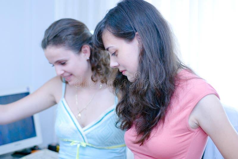 Dos Mujeres En El Ordenador Fotografía de archivo libre de regalías