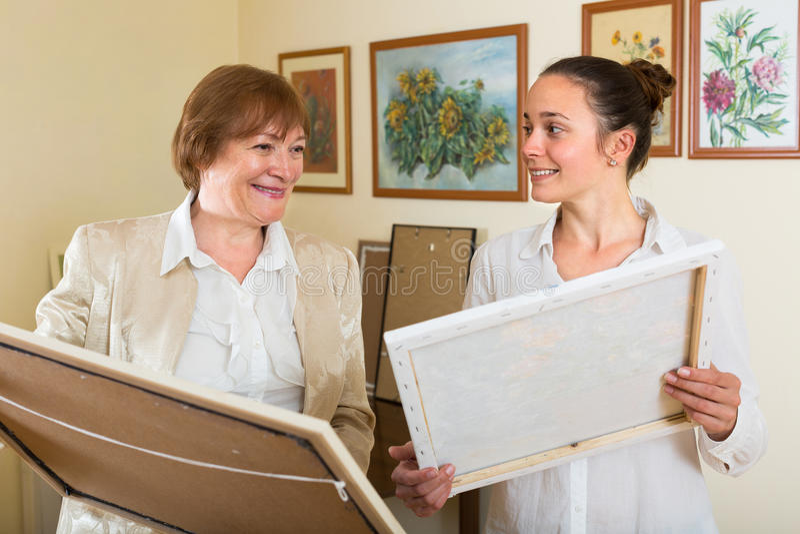Dos mujeres en la galería de arte imagen de archivo