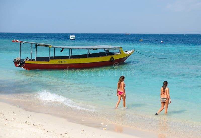 Dos mujeres en la playa de la isla de Gili Meno fotos de archivo libres de regalías