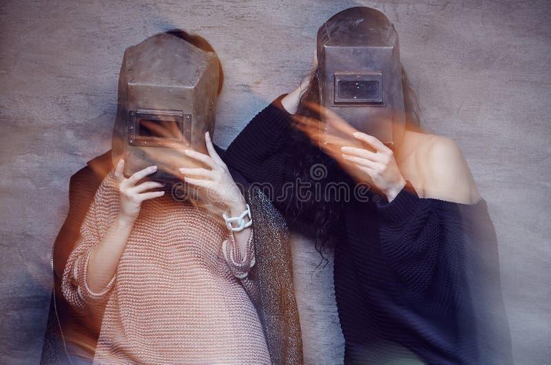 Dos mujeres en máscaras de un soldador fotos de archivo libres de regalías
