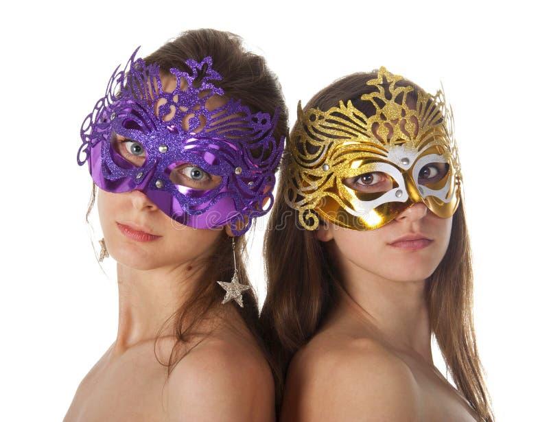 Dos mujeres en máscaras del carnaval imagenes de archivo