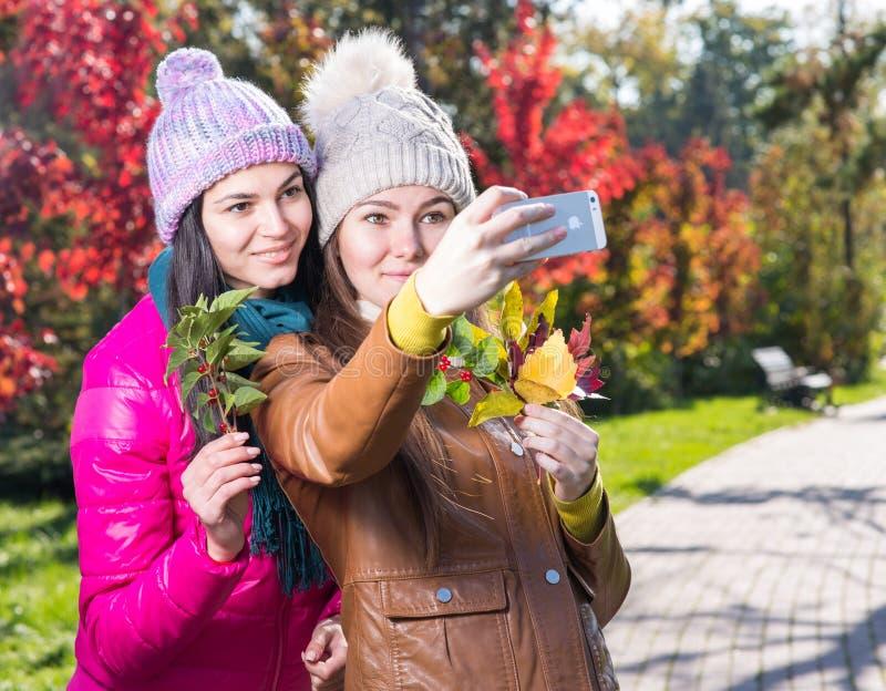Dos mujeres en parque del otoño foto de archivo libre de regalías