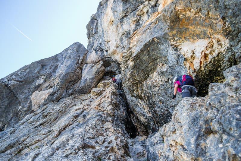 Dos mujeres en vía la ruta del ferrata en Prisojnik Prisank en Julian Alps, parque nacional de Triglav, Eslovenia mountaineering fotografía de archivo