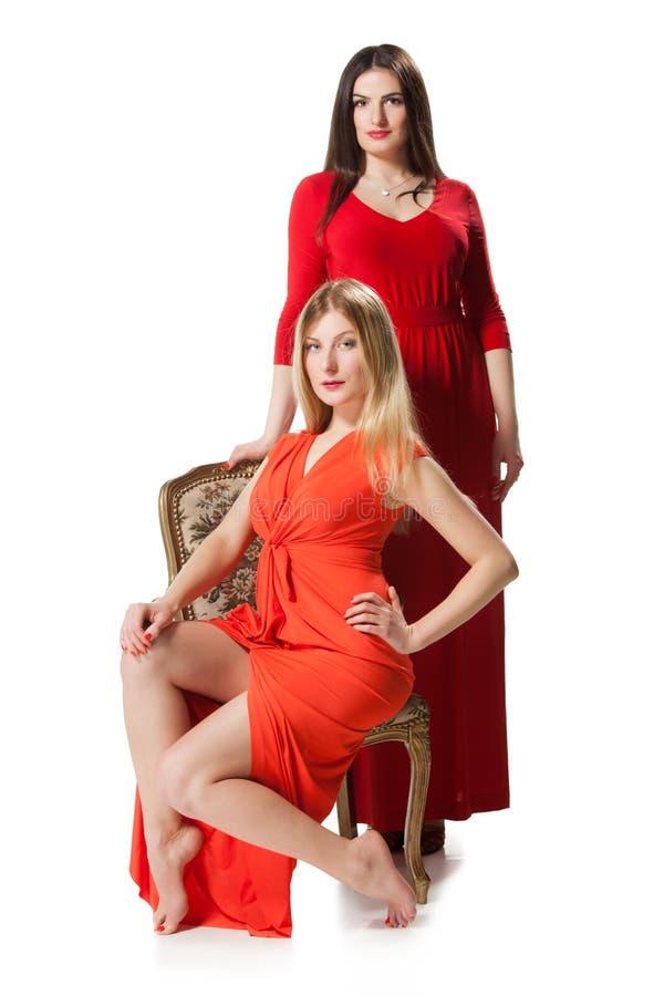 Dos mujeres en vestido rojo largo fotografía de archivo
