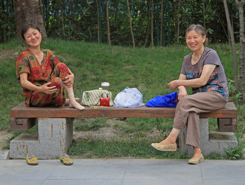 Dos mujeres están descansando en el parque de Chengdu, China foto de archivo