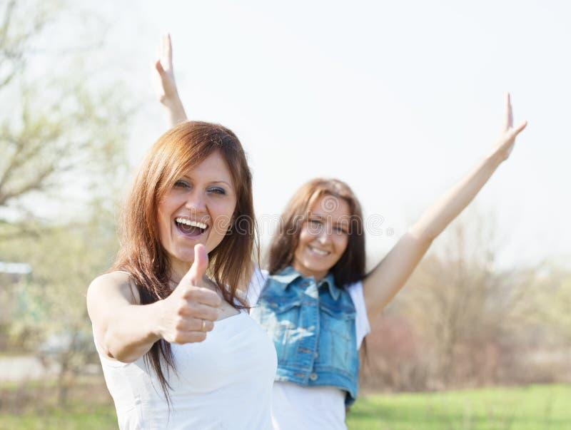 Dos mujeres felices fotos de archivo