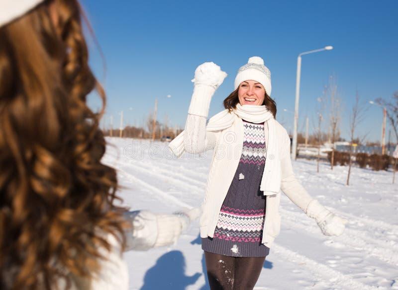 Dos mujeres felices jovenes, dos amigos, divirtiéndose fotografía de archivo libre de regalías